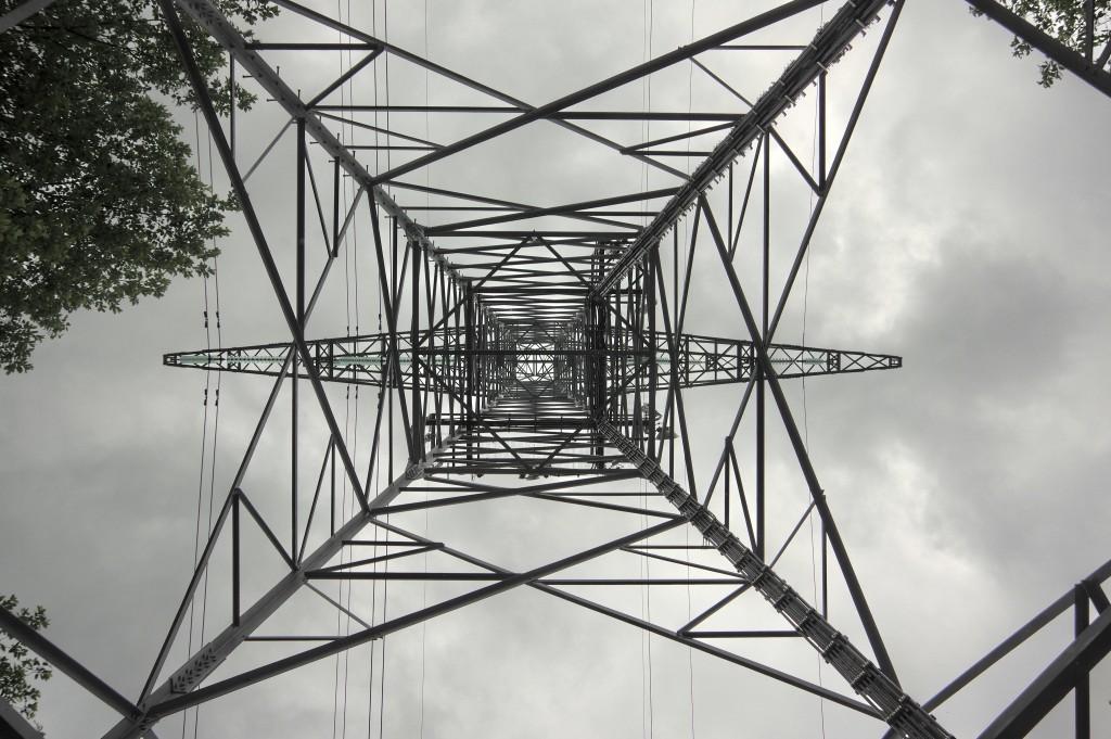 Strommast von unten in die Spitze 001 a-1 lumincance